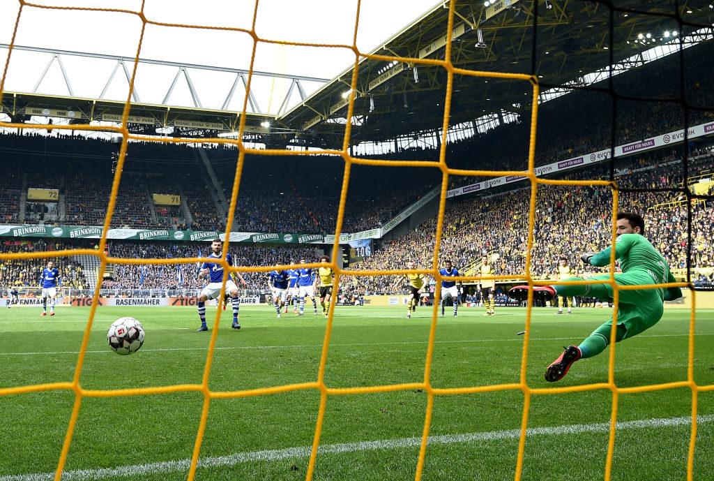 Auch diesen Elfmeter von Daniel Caligiuri im verhängnisvollen Derby gegen den FC Schalke 04 (2:4) am 27. April 2019 kann BVB-Torhüter Roman Bürki (r.) nicht halten...