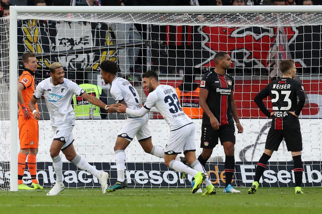 Jonathan Tah (m.) und Mitchell Weiser (r.) sind ratlos: Wann gewinnt Bayer Leverkusen mal wieder ein Heimspiel gegen 1899 Hoffenheim?