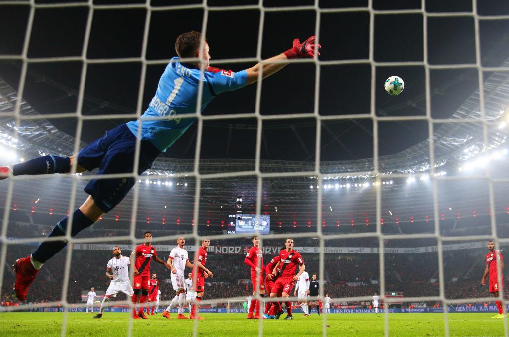 Kaum zu glauben, aber dieses Tor von James Rodriguez gegen Bayer Leverkusen und Torhüter Bernd Leno (l.) ist am 12. Januar 218 der letzte direkte Freistoßtreffer für den FC Bayern für lange Zeit..