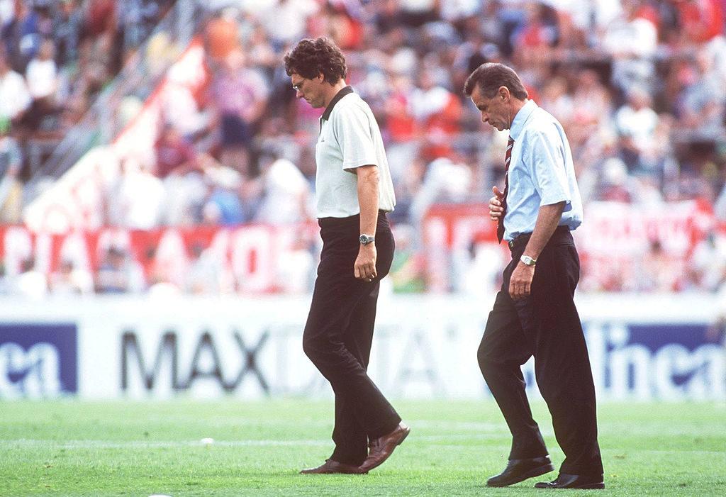 28. Juli 2001: Mit leichenbitterer Miene verlassen Bayern Münchens Trainer Ottmar Hitzfeld (r.) und sein Assistent Michael Henke nach einem 0:1 den Gladbacher Bökelberg.