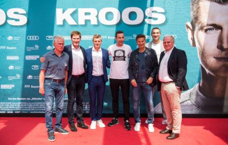 ,,Krooser Bahnhof: Toni Kroos von Real Madrid (3. v. l.) bei der Filmpremiere in Köln mit seinen Mentoren Jupp Heynckes (l.), Uli Hoeneß (r.) sowie mit Carsten Maschmeyer, Kai Pflaume, Hartmut Engler und Wladimir Klitschko (v. l.) als weiteren Ehrengästen.