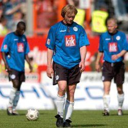 24. Mai 2003: Ansgar Brinkmann (m.) nach seinem letzten Bundesligaspiel mit Arminia Bielefeld. Das 0:1 gegen Hannover 96 brachte ihm und den Ostwestfalen den Abstieg...