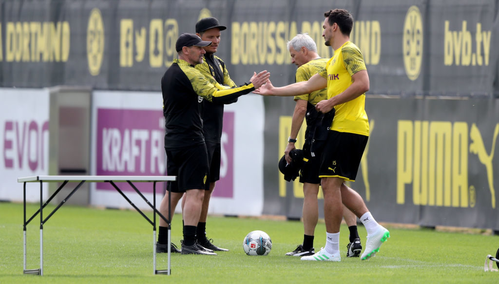 Willkommen zurück in Dortmund: Co-Trainer Manfred Stefes begrüßt Mats Hummels (r.) beim Trainingsauftakt des BVB am 5. Juli 2019.