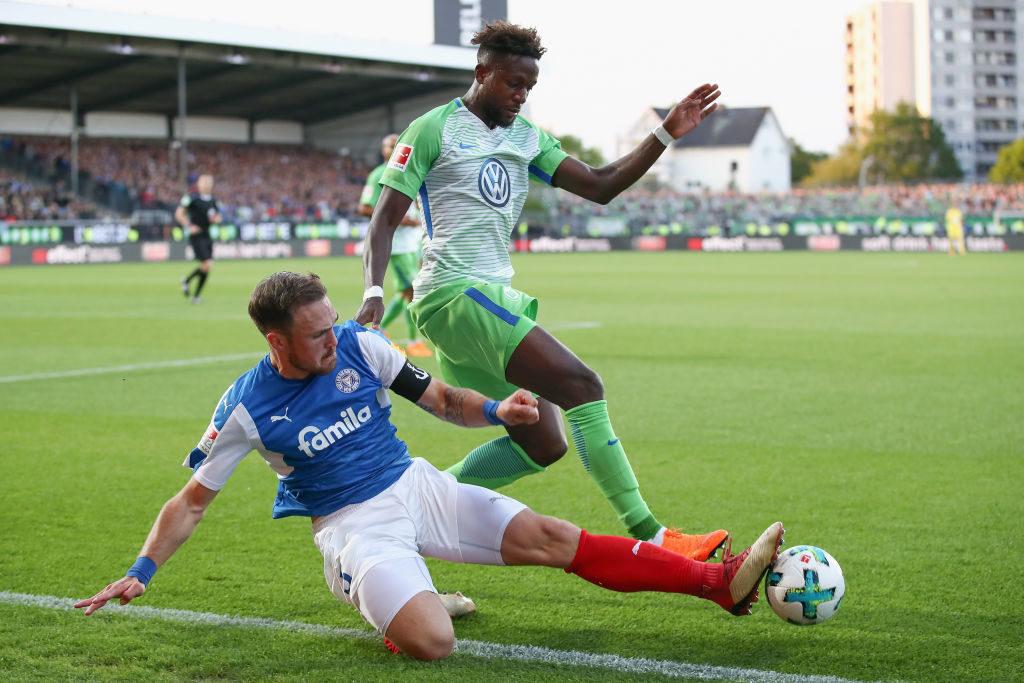 Was für ein Kontrast: Divock Origi im Relegations-Rückspiel mit dem VfL Wolfsburg bei Holstein Kiel 2018,
