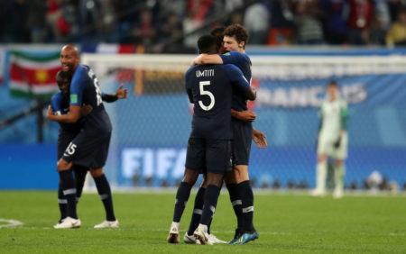 St. Petersburg, 10. Juli 2018: Benjamin Pavard und Samuel Umtiti (l.) feiern bei der Weltmeisterschaft den Finaleinzug mit Frankreich nach dem 1:0 gegen Belgien.
