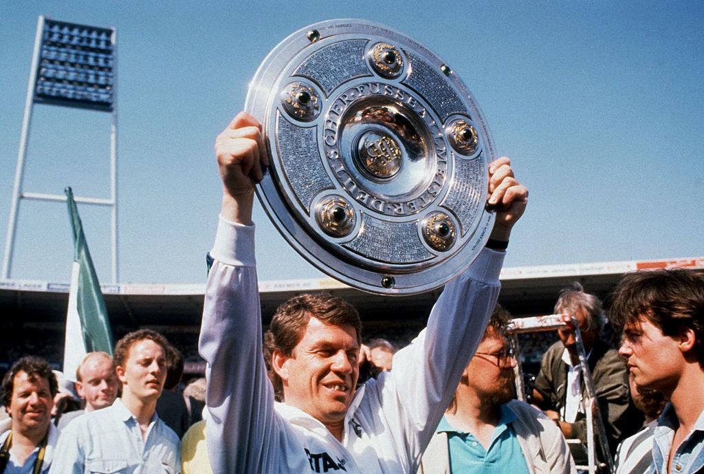 14. Mai 1988: Werder Bremens Trainer Otto Rehhagel präsentiert stolz die Meisterschale.