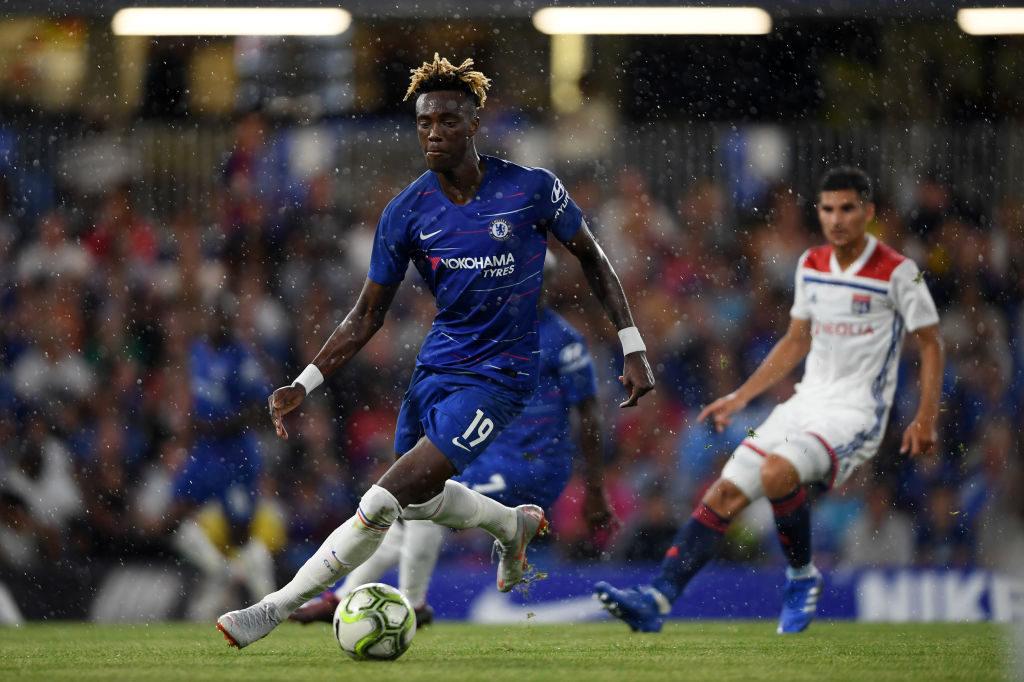 Der englische Nationalspieler Tammy Abraham (l.), hier im Freundschaftsspiel im Sommer 2018 gegen Olympique Lyon, will sich im 2. Anlauf beim FC Chelsea durchsetzen.