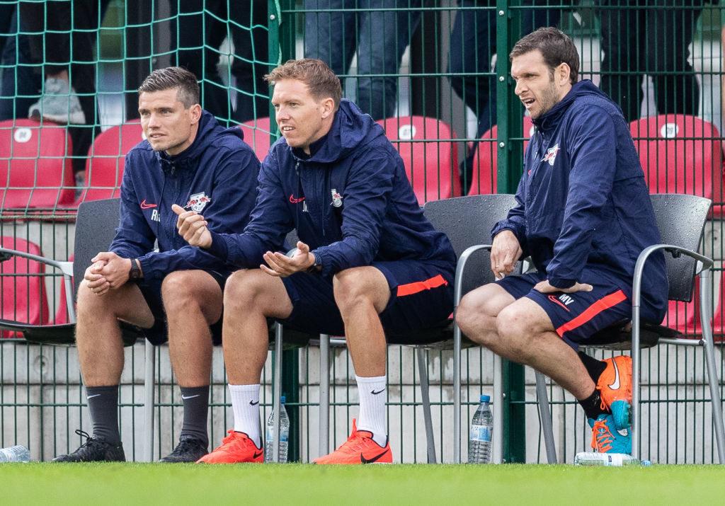 Den Saisonauftakt hatte sich Leipzigs neuer Trainer Julian Nagelsmann (m.) sicherlich auch anders vorgestellt...