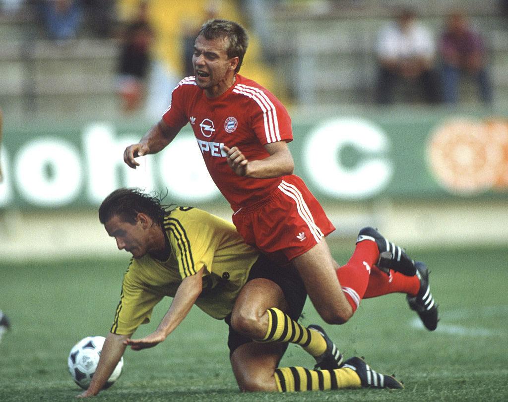 Juli 1989: Borussia Dortmund und Thomas Kroth (l.) kämpfen Bayern München und Hansi Flick im Supercup-Finale in Kaiserslautern mit 4:3 nieder.