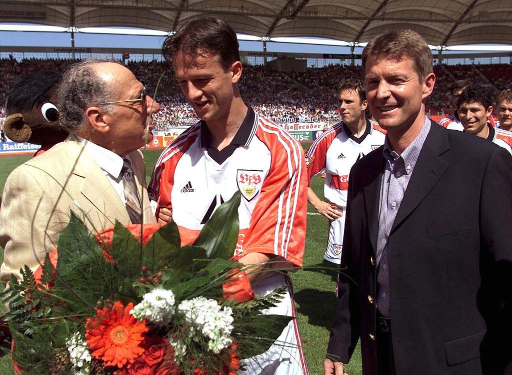 Karlheinz Förster (r.) musste als Manager beim VfB Stuttgart 1999 den Abgang von Superstar Fredi Bobic (m.) zu Borussia Dortmund hinnehmen...