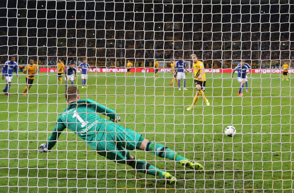 18. August 2014: Der Tag, an dem Justin Eilers zum Pokal-Held wurde. Mit dem 1:0 für Dynamo Dresden gegen den FC Schalke 04 und Keeper Ralf Fährmann (Foto) brachte der Stürmer die Pokal-Sensation ins Rollen