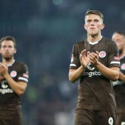 Die Spieler des FC St. Pauli verabschieden sich mit versteinerter Miene von ihren Fans.