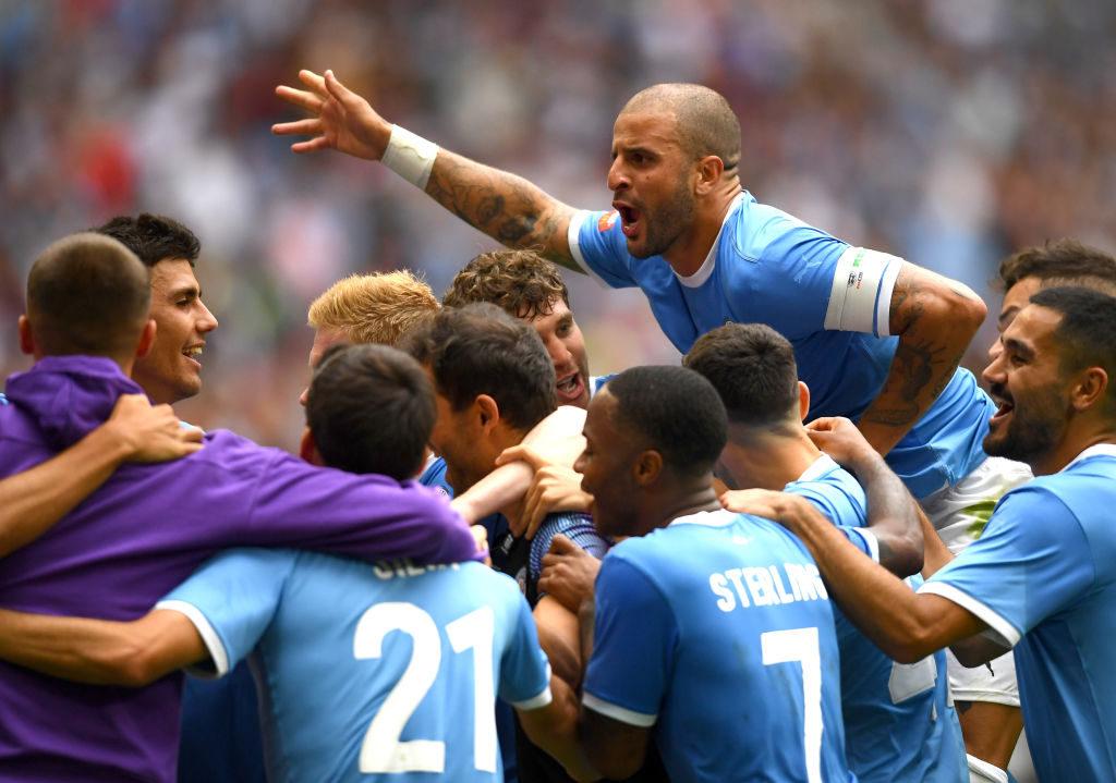 Manchester City bejubelt den Erfolg über den FC Liverpool im Elfmeterschießen beim Community Shield. In der regulären Spielzeit rettete Kapitän Kyle Walker (hinten rechts) sein Team..