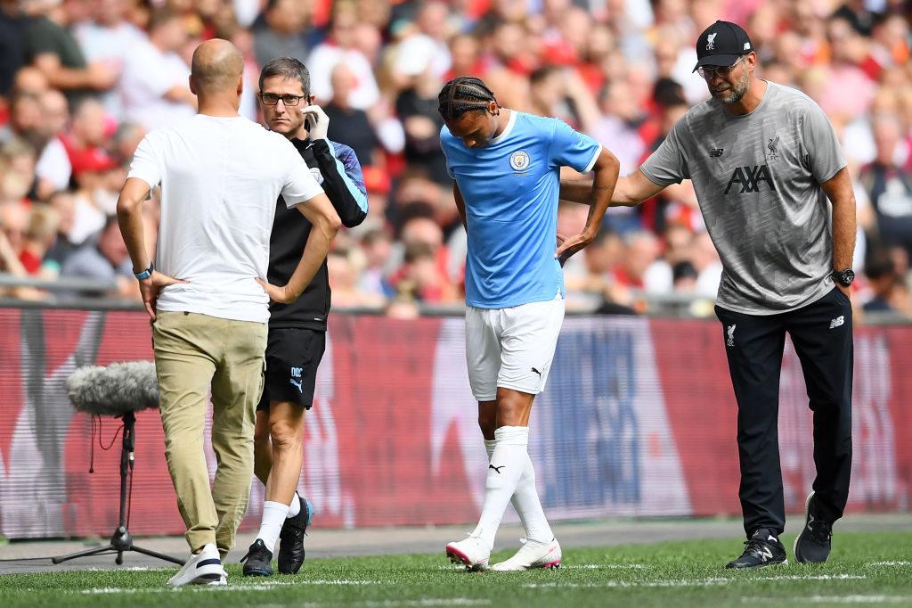 Aus nach 9 Minuten! Auch Pep Guardiola (l.) und Liverpool-Coach Jürgen Klopp (r.) kümmern sich um den verletzten Leroy Sané.
