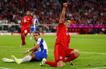Robert Lewandowski vom FC Bayern (r.) begibt sich mit 2 Toren zum Start gegen Hertha BSC direkt auf die Spuren von Rekord-Torjäger Gerd Müller.