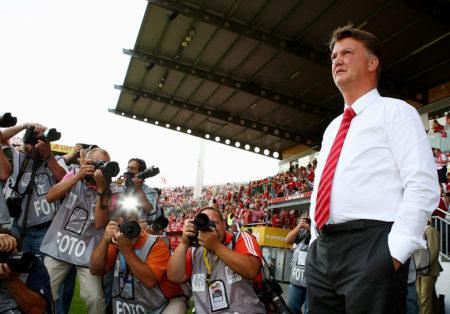 Der Tulpen-General am Bruchweg: Bayern-Coach Louis van Gaal wird vor dem Spiel in Mainz von Fotografen umlagert