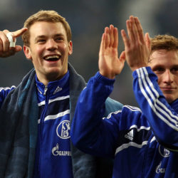 Das war die Schalke-Welt noch in Ordnung: Manuel Neuer und Benedikt Höwedes (r.) feiern am 4. Dezember 2010 den 2:0-Heimerfolg gegen den FC Bayern München. Bis heute der letzte S04-Erfolg gegen den Branchenriesen...