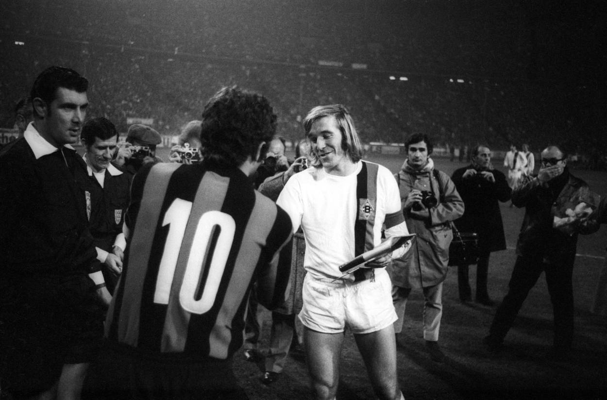 Günter Netzer (Borussia Mönchengladbach) und Sandro Mazzola (Inter Mailand), li. FIFA Schiedsrichter Jack Taylor (England).