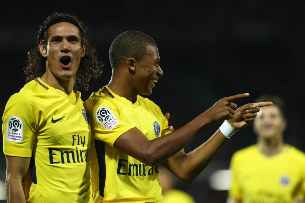 Kylian Mbappé (m., mit Edinson Cavani), spielt seit 2017 für Paris St. Germain. Nach einer Leihe wurde er 2018 für 135 Mio. Euro Ablöse fest verpflichtet.