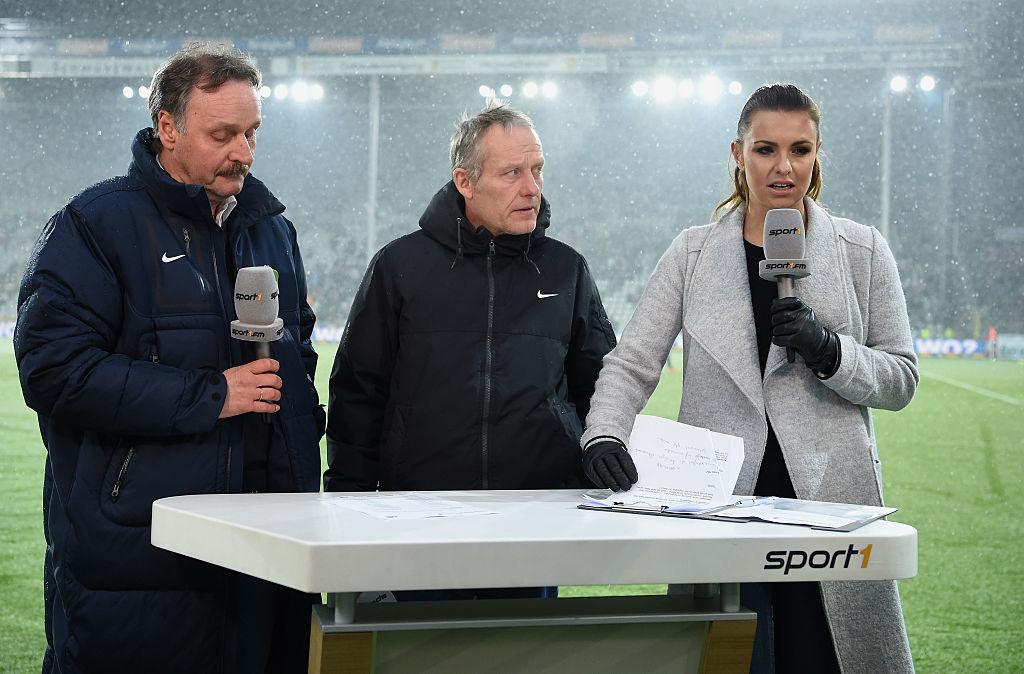 Peter Neururer (l.) als Experte bei SPORT 1, mit SC-Coach Christian Streich (m.) und Laura Wontorra.