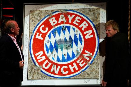 Zum Abschied von Torhüter-Legende Oliver Kahn (r.) 2008 präsentieren der FC Bayern und Uli Hoeneß (l.) dieses Kunstwerk..