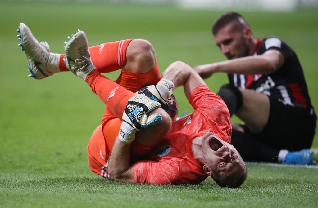 Kaum zu glauben: Das Foul gegen Straßburgs Torhüter Matz Sels (l.) war die letzte Aktion von Ante Rebic (r.) in Diensten von Eintracht Frankfurt....