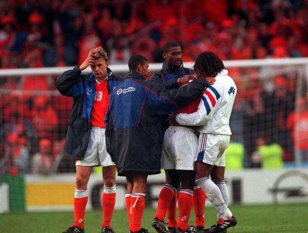 Aus! Schalke-Star Youri Mulder (l.) und die Niederlande nach dem Viertelfinale bei der EURO 1996 gegen Frankreich.