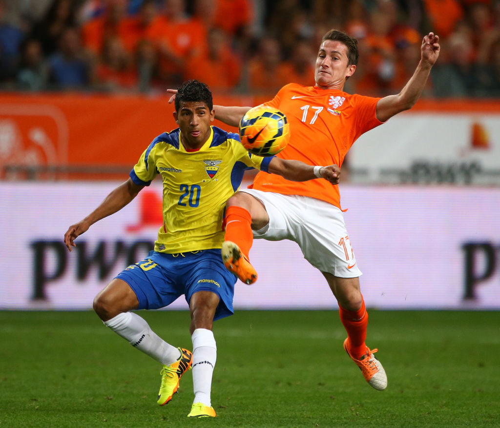 Augsburgs großer Kämpfer Paul Verhaegh (r., hier im Freundschaftsspiel im Mai 2014 gegen Joao Rojas und Ecuador in Amsterdam) kam in Hollands Nationalmannschaft zu kurz