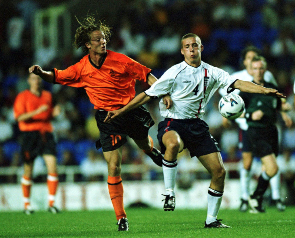 Dortmund-Flop Cedric van der Gun (l.) im Trikot der niederländischen Nationalmannschaft, August 2001 gegen England und Sean Davis. (Photo: Mandatory Credit Jamie McDonald/ALLSPORT