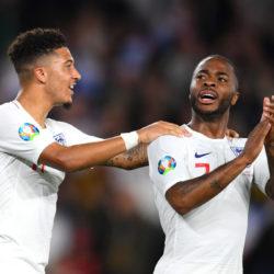 Dortmund-Star Jadon Sancho (l.) und Raheem Sterling jubeln für England beim 5:§-Thriller gegen den Kosovo.