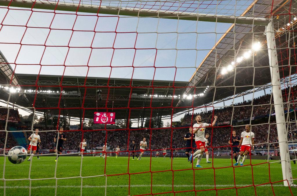Emil Forsberg nutzt den Foulelfmeter kurz vor der Pause zum 1:1 für RB Leipzig gegen den FC Bayern München.