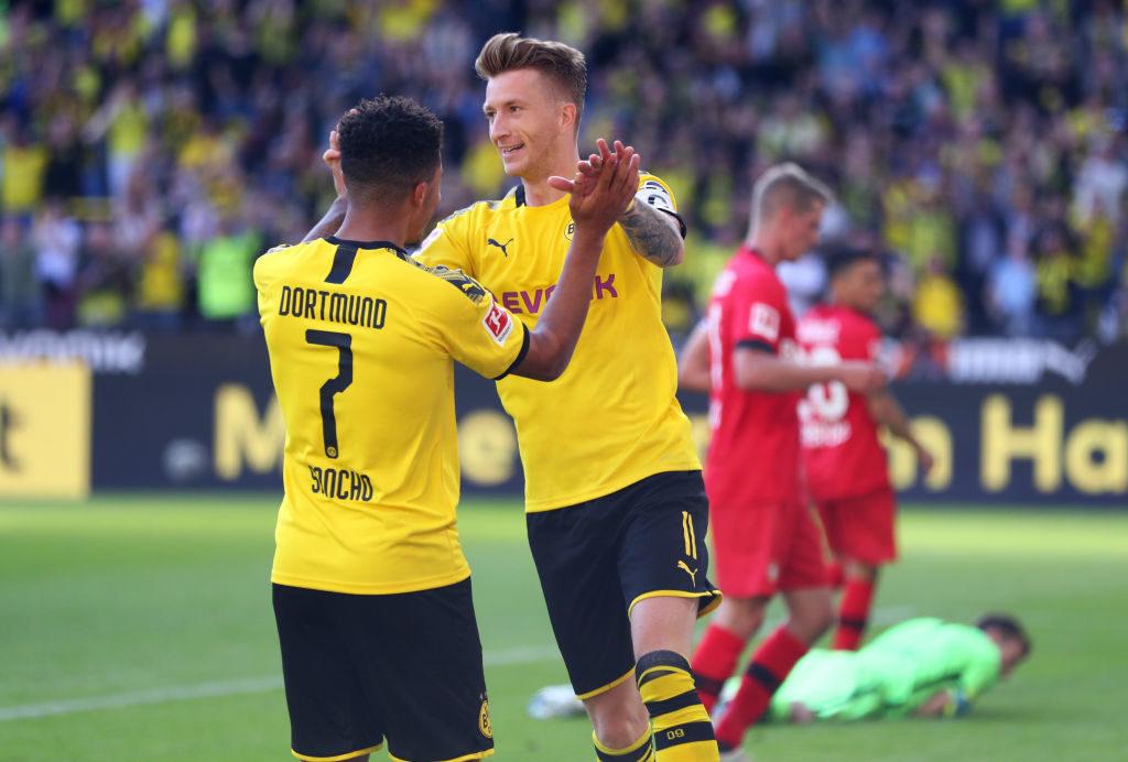 Marco Reus und Jadon Sancho jubeln bei Borussia Dortmunds 4:0-Erfolg gegen Bayer Leverkusen.