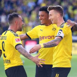 Paco Alcacer bejubelt mit Jadon Sancho (m.) und Marco Reus (r.) den Treffer zum 2:0 für Borussia Dortmund gegen Bayer Leverkusen (4:0)