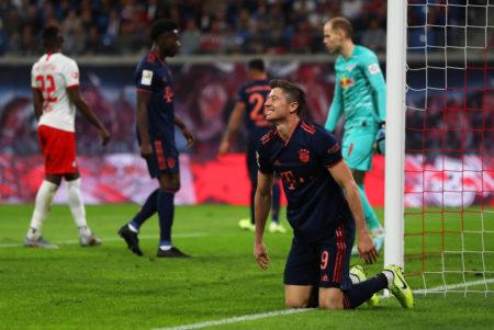 Robert Lewandowski (vorn) ärgert sich im Spiel RB Leipzig gegen FC Bayern München (1:1) über eine ausgelassene Torchance...