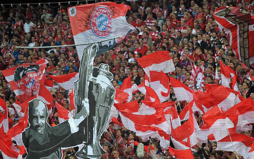 Choreographie in der Münchner Allianz Arena für den im September 2015 verstorbenen Ex-Bayern-Coach Dettmar Cramer.