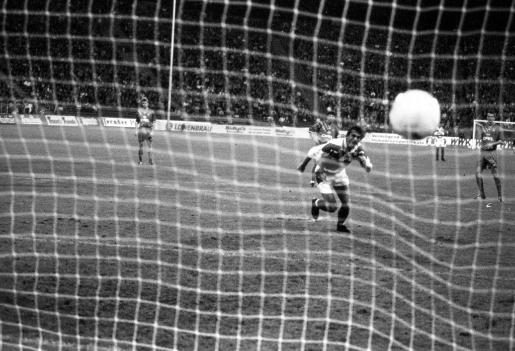 Hoffnung im Münchner Derby 1994: Peter Pacult (TSV 1860 München) erzielt per Elfmeter gegen den FC Bayern München das Tor zum 1:2 Anschluss und eilt direkt nach dem Ball.