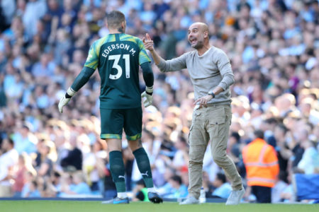 Pep Guardiola beim Rekordsieg von Manchester City in der Premier League gegen den FC Watford (8:0). Links: Ederson.