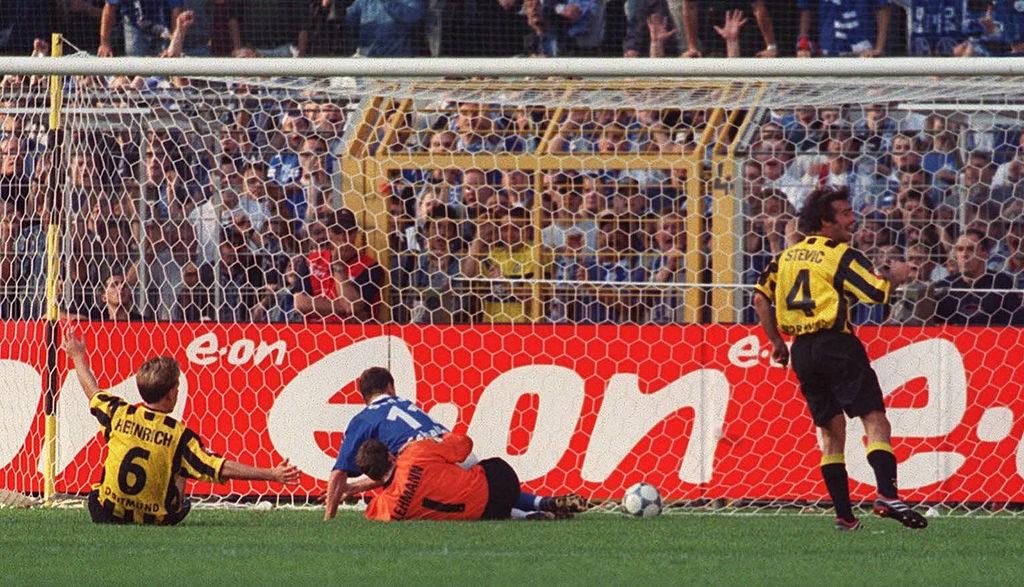 Jörg Heinrich erzielt per Eigentor das 3:0 für den FC Schalke 04 bei Borussia Dortmund, 23. September 2000
