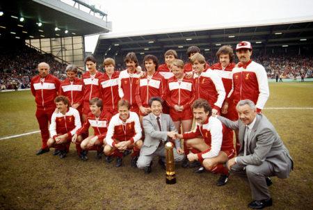 FC Liverpool Englischer Meister? In den 1980er-Jahren war dies, wie hier 1984 in Anfield gegen Norwich mit (hinten v. l.) Ronnie Moran, Roy Evans, Ian Rush, Steve Nicol, Mark Lawrenson, Craig Johnston, Michael Robinson, Sammy Lee, Alan Hansen (verdeckt) Kenny Dalglish, John Wark und Bruce Grobbelaar sowie (vorn v. l.) Alan Kennedy, Ronnie Whelan, Phil Neal, einem Canon Mitarbeite, Kapitän Graeme Souness und Trainer Joe Fagan gelebter Alltag!