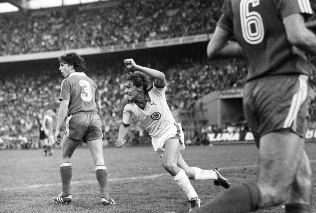 DFB-Pokalfinale 1980 in Gelsenkirchen, Fortuna Düsseldorf - 1. FC Köln (2:1): Thomas Allofs jubelt nach seinem Siegtor zum 2:1. Links: Kölns Dieter Prestin. Foto: Imago Sportfoto