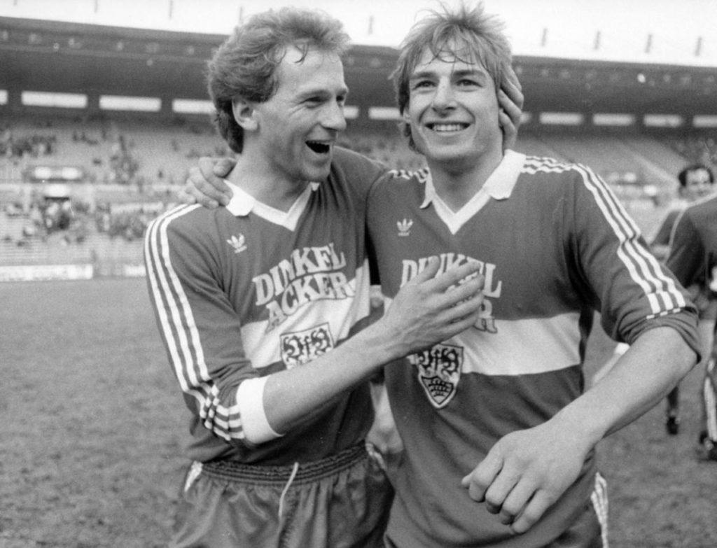 Aus der Reihe ,,So ein Tag: Fortuna Düsseldorf - VfB Stuttgart 0:7: Der 5-fache Torschütze Jürgen Klinsmann (re.) wird von Rainer Zietsch beglückwünscht. Es ist die bis heute höchste Bundesliga-Niederlage für die Fortuna. Foto: Imago.