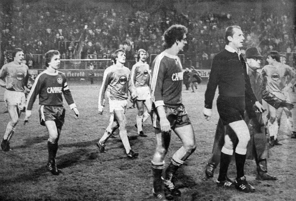 Spielabbruch bei 1. FC Kaiserslautern gegen Fortuna Düsseldorf am 27. November 1976. Die Lautern-Stars Josef Pirrung (l.) und Klaus Toppmöller sind ratlos.