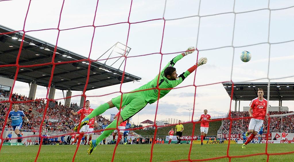 Ein historischer Moment: Das einzige Tor von Alen Halilovic (l.) in Diensten des Hamburger SV, im DFB-Pokalspiel 2016 beim FSV Zwickau.