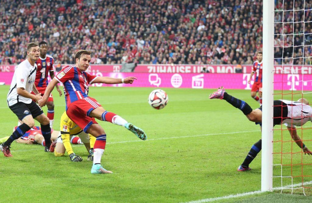 Mario Götze beim 4:0 des FC Bayern München gegen den SC Paderborn. Der Ex-Dortmunder erzielt in dieser Szene das 3:0.