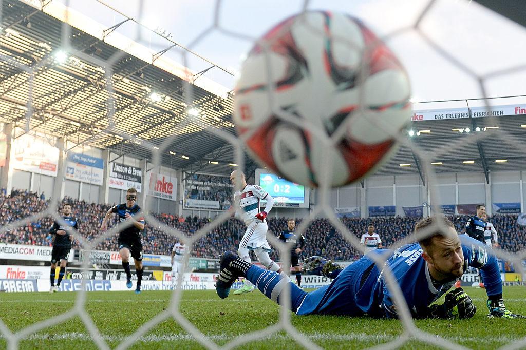 Auch dieser Ball von Arjen Robben zum 0:3 gegen Lukas Kruse ist drin: Am 21. Februar 2015 zerlegt der FC Bayern München den SC Paderborn in der eigenen Benteler Arena mit 6:0.