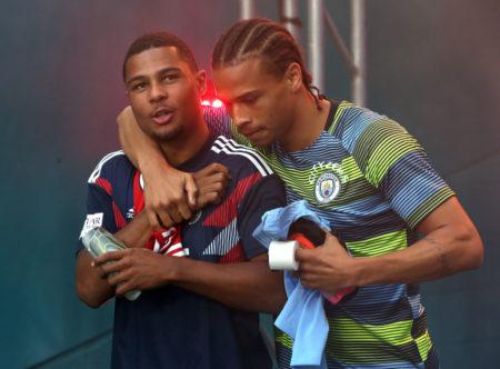 Werden sie doch noch Vereinskollegen? Leroy Sané von Manchester City (r.) und Serge Gnabry (l.) vom FC Bayern München...