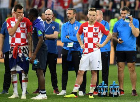Vize-Weltmeister auf Jobsuche. Mario Mandzukic (l., mit Ivan Rakitic nach dem WM-Finale 2018 gegen Frankreich in Moskau) ist bei Juventus Turin nicht mehr gefragt.