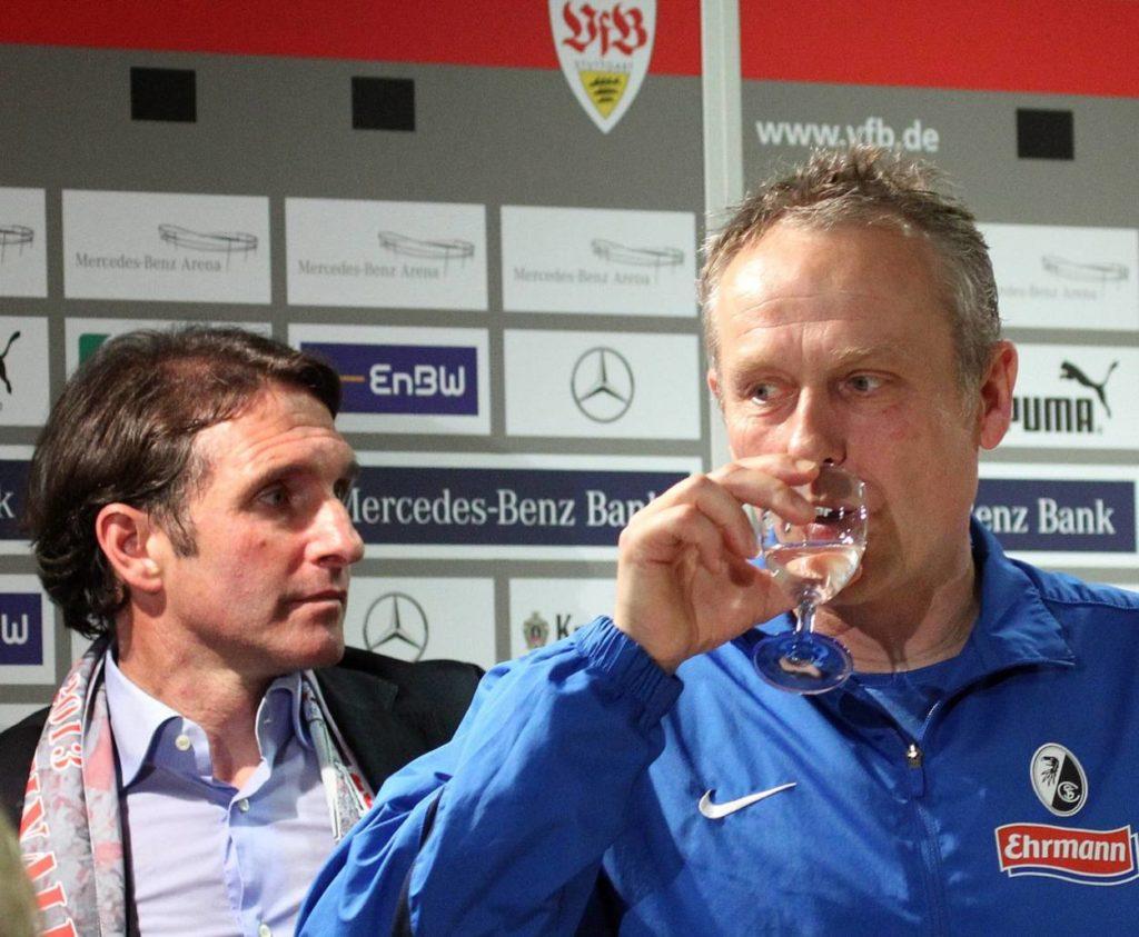 Für Christian Streich und den SC Freiburg gab es nach dem Pokal-Halbfinale beim VfB Stuttgart am 17. April 2013 nur Wasser... Hinten: VfB-Coach Bruno Labbadia.