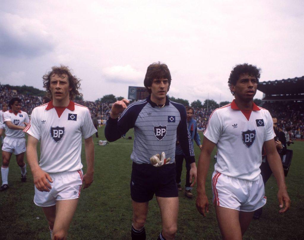 Jimmy Hartwig (r., mit Uli Stein, m., und Wolfgang Rolff) feierte beim Hamburger SV Riesen-Erfolge