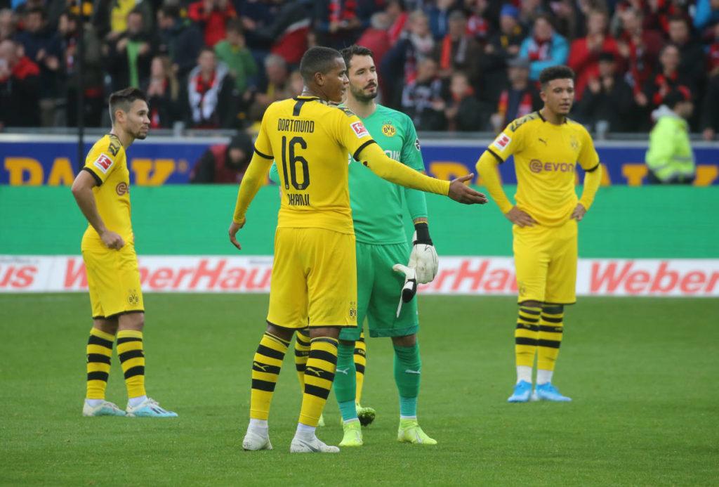 Borussia Dortmund hadert nach dem 2:2 (0:1) beim SC Freiburg und dem Eigentor von Manuel Akanji (m.).